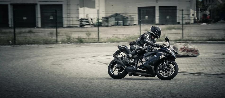 Motorradfahrer in der Kurve
